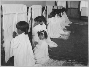 Little_Girls_Praying_Beside_Their_Beds,_Phoenix_Indian_School,_Arizona,_06-1900_-_NARA_-_518925